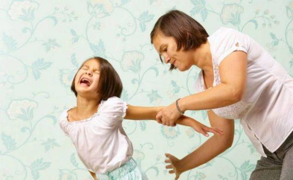Мать бьет дочку