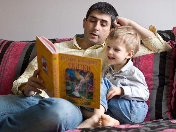 папа читает