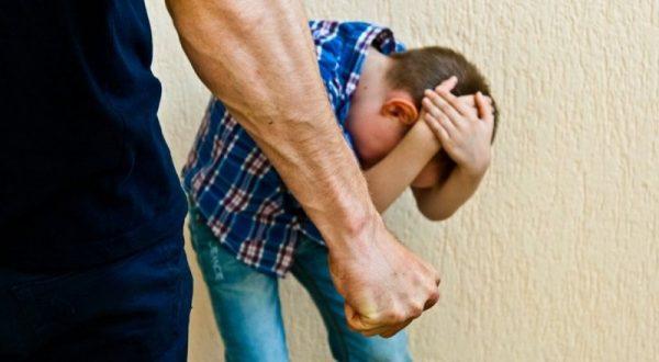 Отец собирается наказать сына