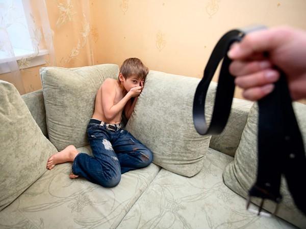 Мальчик боится ремня