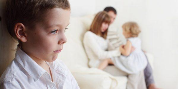 Родители игнорируют старшего ребенка