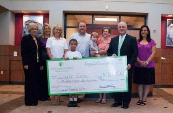 Мальчик выиграл $100000 и пожертвовал их своей маленькой соседке, которая борется с лейкемией.