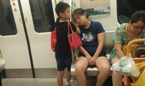 «Этот маленький мальчик уступил свое место женщине, которая вошла в вагон с коляской и младенцем»