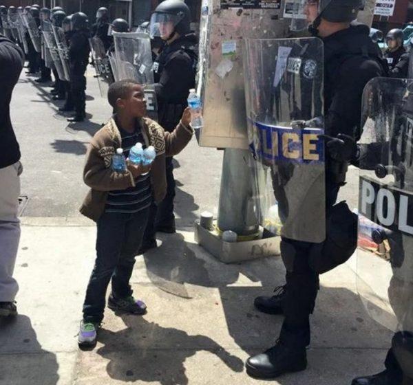 10 сильных фото детей, доказывающих, что у человечества еще есть шанс