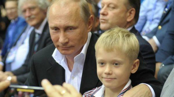 Владимир Путин с внуком