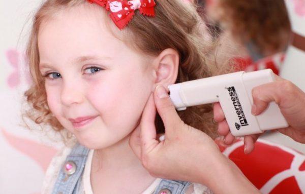 Девочке прокалывают уши