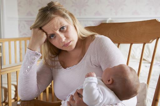 Уставшая мама с ребенком