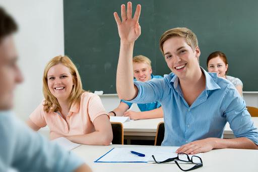 Ученик тянет руку