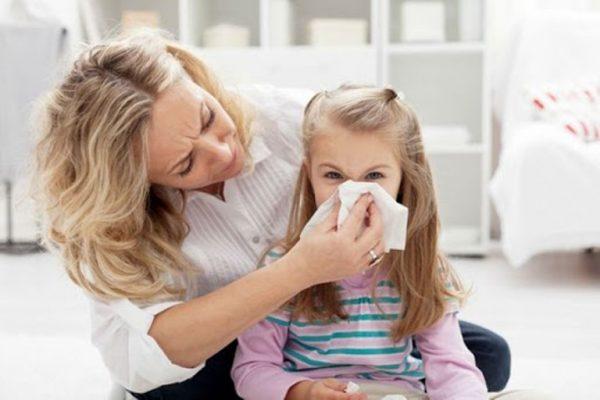 Мама учит ребенка сморкаться