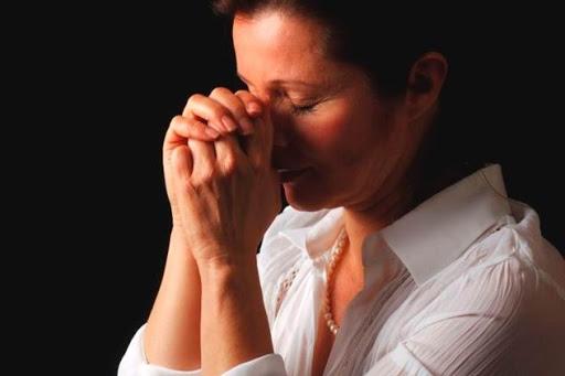 Жекнщина молится