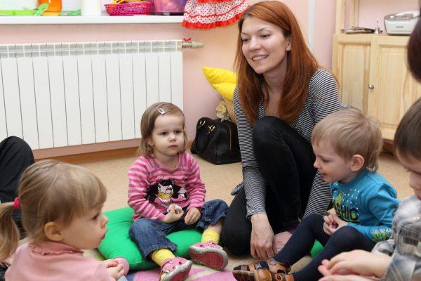 воспитатель с малышамии