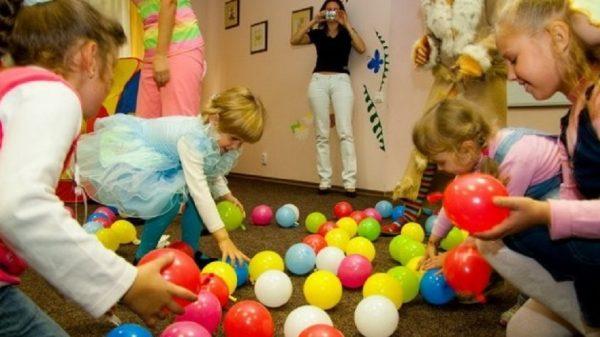 Дети играют на празднике