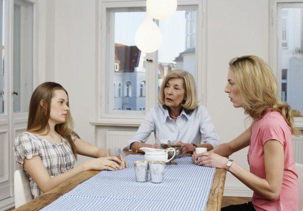 Мама, бабушка и внучка за одним столом