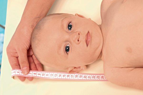 Ребенку измеряют рост