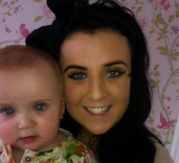 Николь Мур с новорожденной дочкой
