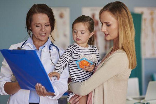 Мама с ребенком на приеме педиатра