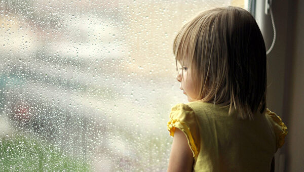 Девочка у окна