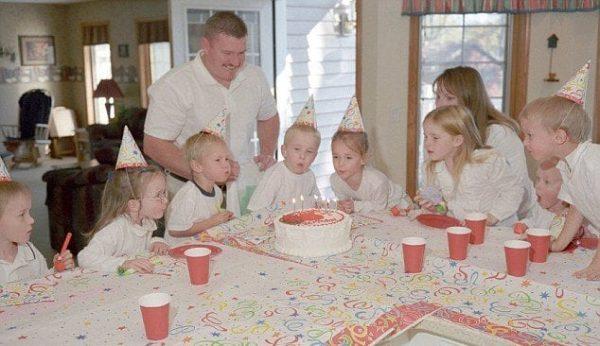 Семья Маккоуи за праздничным столом