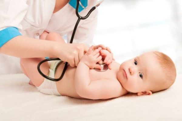 Младенцу слушают сердце