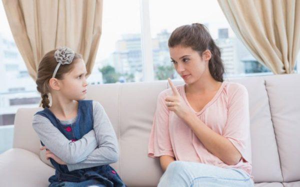 Мама говорит с дочерью