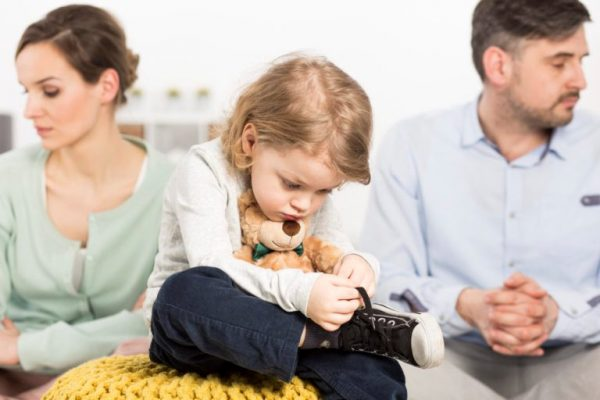 Грустный ребенок и грустные родители