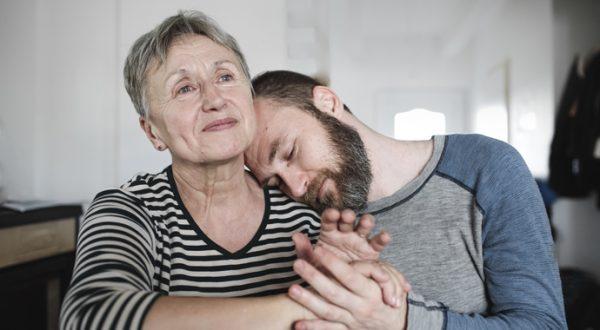 Пожилая женщина с сыном