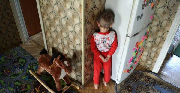 Мальчик в углу