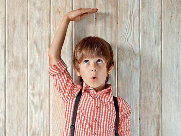 Мальчик измеряет себе рост