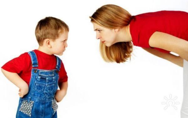 Мама спорит с сыном