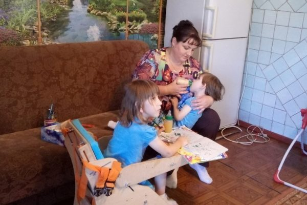 Елена кормит дочерей