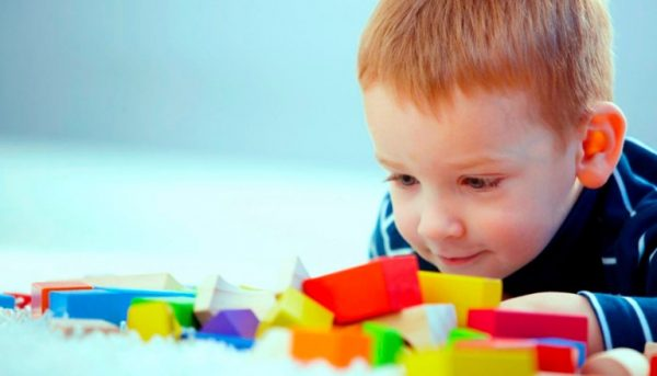 Мальчик смотрит на кубики