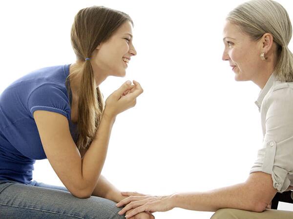 Мама общается с дочкой-подростоком