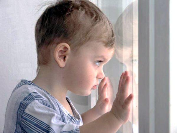 Малыш смотрит в окно