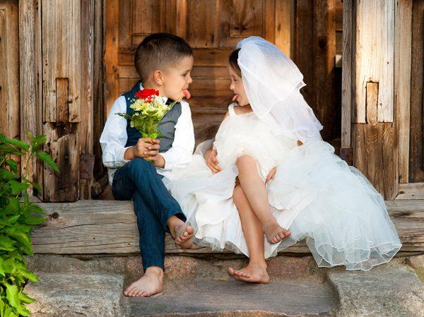 Девочка и мальчик в роли жениха и невесты