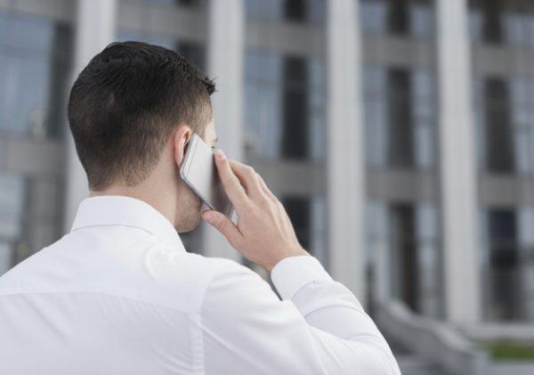 Мужчина говорит по мобильному