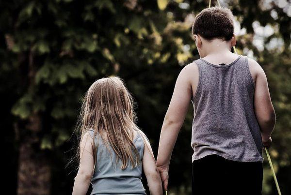 Мальчик и девочка держаться за руки