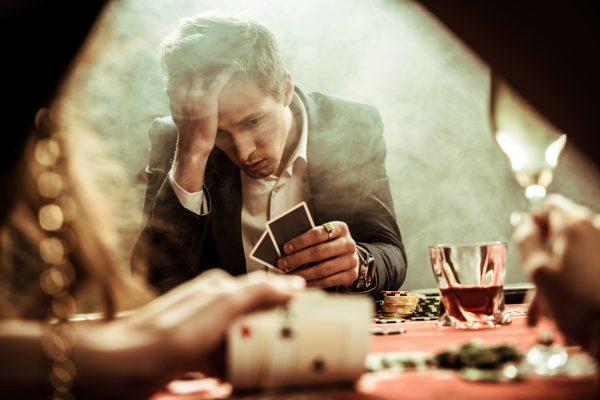Мужчина играет в казино