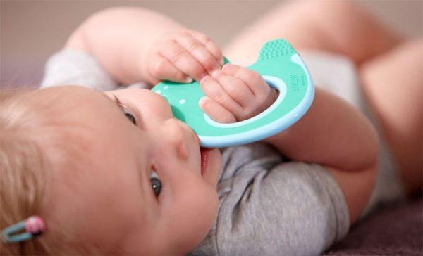 Малышка с грызунком во рту