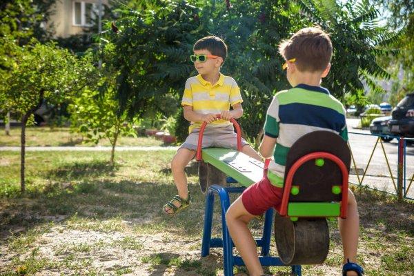 Мальчики играют на площадке