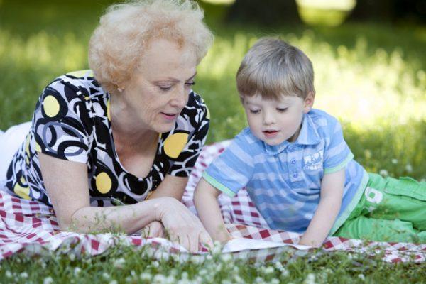Пожилая женщина с мальчиком на природе