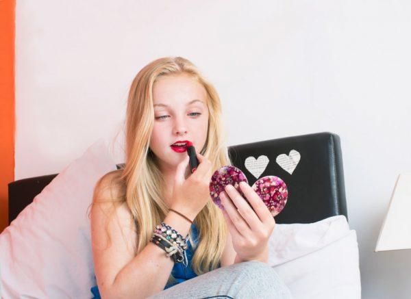 Девочка-подросток красится