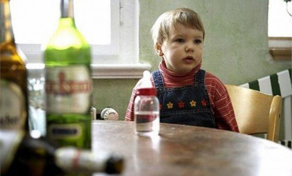 Девочка у мамы -алкоголички