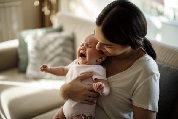 Мама держит плачущего малыша