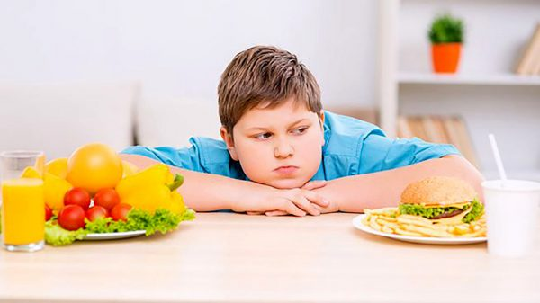 мальчик с едой