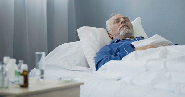 Мужчина на больничной койке