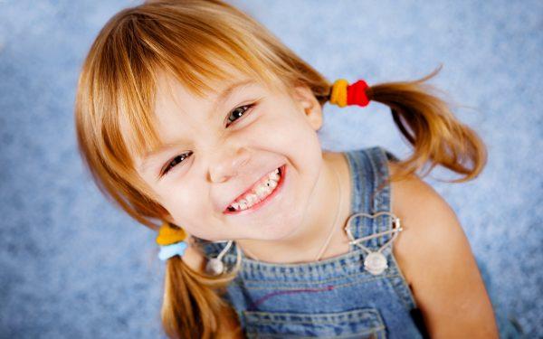 улыбающаяся девочка с хвостиками