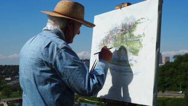 Пожилой мужчина рисует