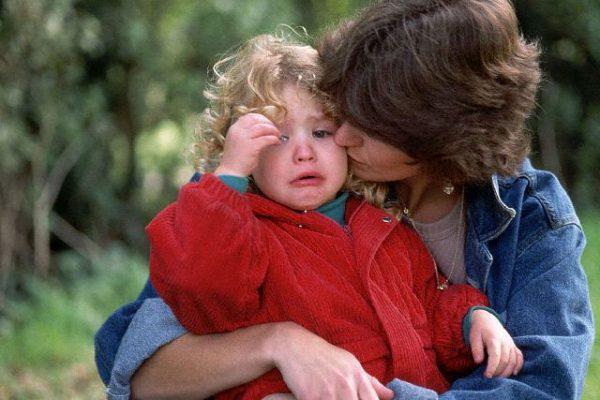 плачет малыш