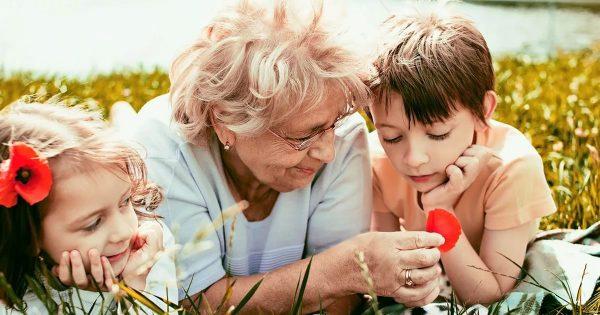 с бабушкой дети