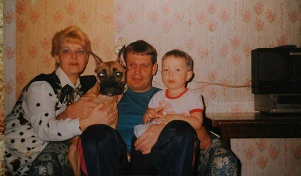 Маленький Влад Кудряшов с родителями и собакой